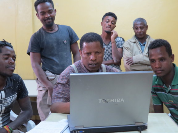 ime mobile Mission am Nil - Lehrer und Schüler am Computer